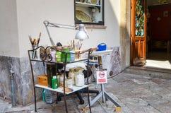 陶尔米纳,意大利- 2017年10月2日:街道画家的设备在西西里岛 免版税库存照片