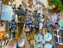 陶尔米纳,西西里岛,意大利- 2014年5月05日:纪念品店在镇里 库存照片