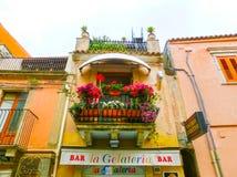 陶尔米纳,西西里岛,意大利- 2014年5月05日:美丽的阳台在意大利 免版税库存图片