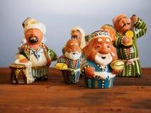 陶瓷乌兹别克人小雕象在义卖市场-手工制造陶瓷小雕象 库存图片