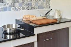 陶瓷厨具和器物在黑花岗岩桌面cou 免版税库存照片