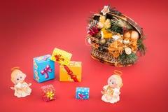 陶瓷天使圣诞节装饰箱柜和礼物盒 库存照片