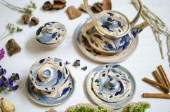 陶瓷套杯子和盘 在白色的装饰瓦器 库存照片
