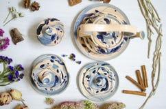 陶瓷套杯子和盘 在白色的装饰瓦器 免版税库存照片