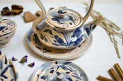 陶瓷套杯子和盘 在白色的装饰瓦器 免版税库存图片