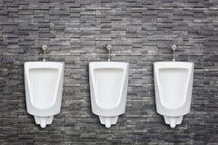 陶瓷室外尿壶行在人公共厕所的在t安装 免版税库存照片