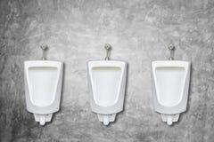 陶瓷室外尿壶行在人公共厕所的在t安装 免版税库存图片