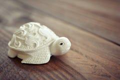 陶瓷小雕象乌龟 免版税图库摄影