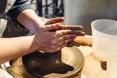 陶瓷工与黏土一起使用 库存照片