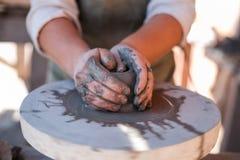 陶瓷工创造在陶瓷工` s轮子的陶器 免版税图库摄影