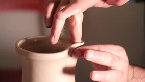 陶瓷工创造水罐鼻子、产品的工作在细节和功能 男性艺术家操作手,轻轻地 股票录像