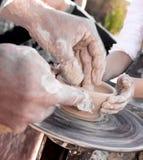 陶瓷工和孩子的手 免版税库存图片