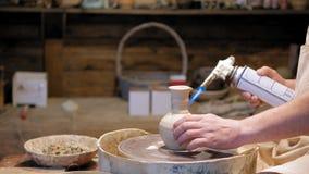 陶瓷工在工作 做陶瓷罐的陶瓷工在瓦器轮子 影视素材