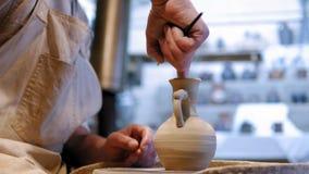 陶瓷工在工作 做陶瓷罐的陶瓷工在瓦器轮子 股票录像