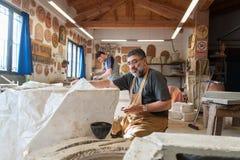 陶瓷工在工作 库存照片