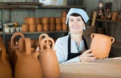 陶瓷工在工作 免版税库存照片