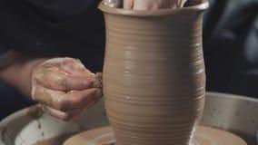陶瓷工在慢动作创造在陶瓷工的车床转动的瓦器的产品 股票录像