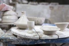 陶瓷工在瓦器的工作 库存照片