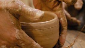 陶瓷工在陶瓷工` s轮子做泥罐 图库摄影