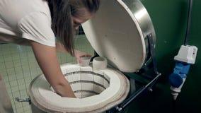 陶瓷工在furnance投入她的工艺 股票录像