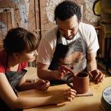 陶瓷工实习教师 免版税库存图片