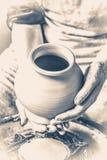 陶瓷工对负粗暴对白色黏土水罐生火  老牌葡萄酒 库存图片