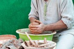 陶瓷工工作。陶器在瓦器的创作过程在陶瓷工的w 免版税库存照片