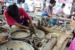 陶瓷工工作和旅客研究在酸值Kret海岛做了陶器在Nonthaburi泰国 库存图片