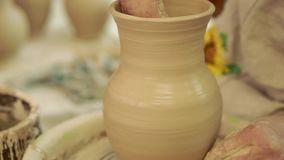 陶瓷工工作 陶器在瓦器的创作过程在横式转盘 股票视频