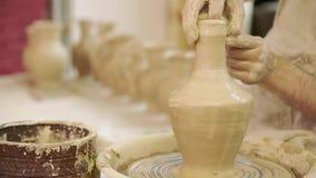 陶瓷工工作 陶器在瓦器的创作过程在横式转盘 股票录像