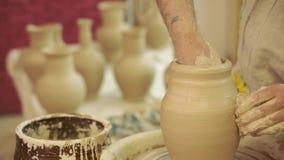 陶瓷工工作 陶器在瓦器的创作过程在横式转盘 影视素材
