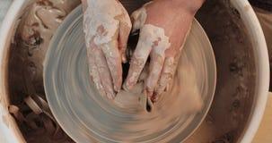 陶瓷工手断裂在扭转的横式转盘的黏土板材 瓦器训练,艺术品概念 r 白色黏土 股票录像