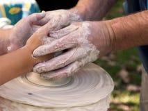 陶瓷工教孩子 库存图片