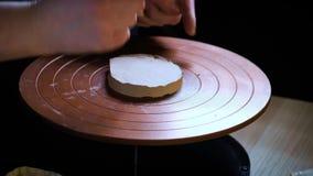陶瓷工特定工具把柄黏土 主要缸 创造性的过程在演播室 扭转的陶瓷工` s轮子 人创造 股票录像