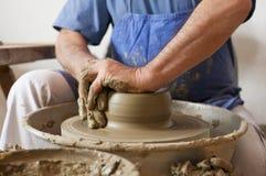 陶瓷工由黏土做一个罐 库存照片