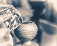 陶瓷工由黏土做一个相当小花瓶 免版税库存照片
