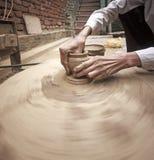 陶瓷工的手。 库存照片