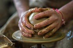 陶瓷工的手做泥罐 免版税库存照片