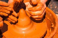 陶瓷工的手在工作 免版税库存照片