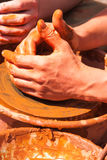 陶瓷工的手在工作 免版税图库摄影