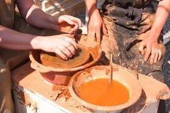 陶瓷工的手在工作 免版税库存图片