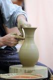 陶瓷工的手 免版税图库摄影
