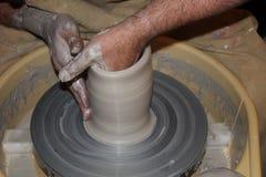 陶瓷工的手 免版税库存照片