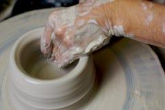 陶瓷工运作的黏土 免版税库存照片