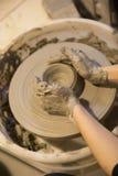 陶瓷工运作的黏土 免版税图库摄影