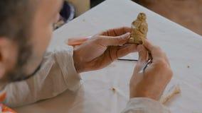 陶瓷工铸造的黏土形象 影视素材