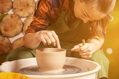 陶瓷工雕刻一个深碗 库存图片