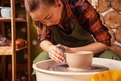 陶瓷工雕刻一个深碗 免版税图库摄影