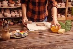 陶瓷工雕刻一个深碗 库存照片