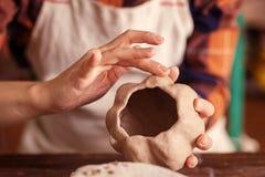 陶瓷工雕刻pimpkin 免版税库存图片